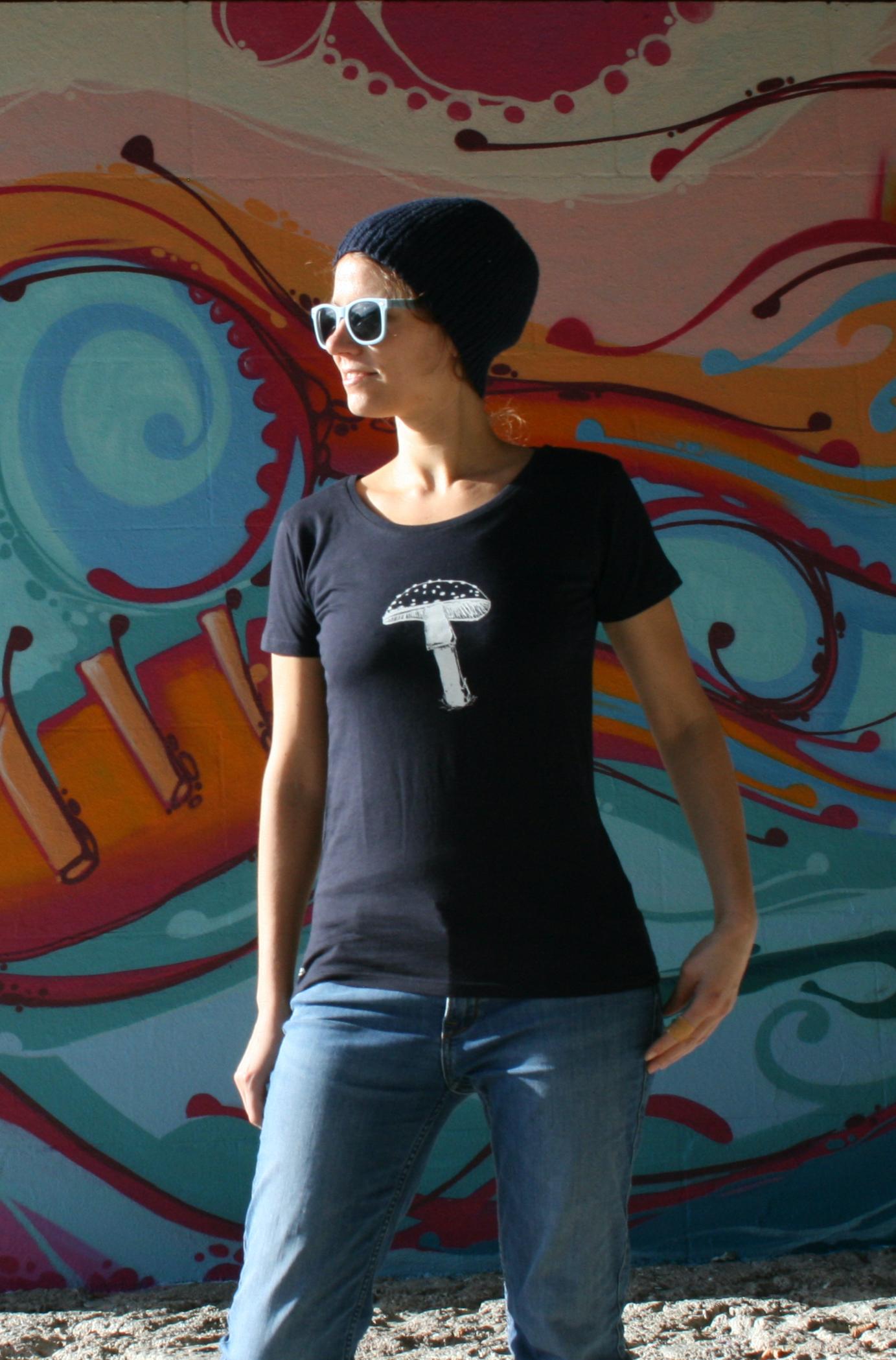 dunkelblaues T-Shirt mit Fliegenpilzaufdruck