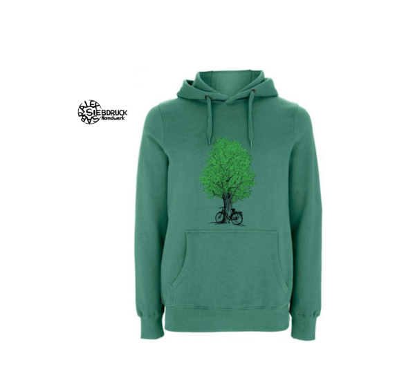 Radl am Baum auf seegrünem Hoodie