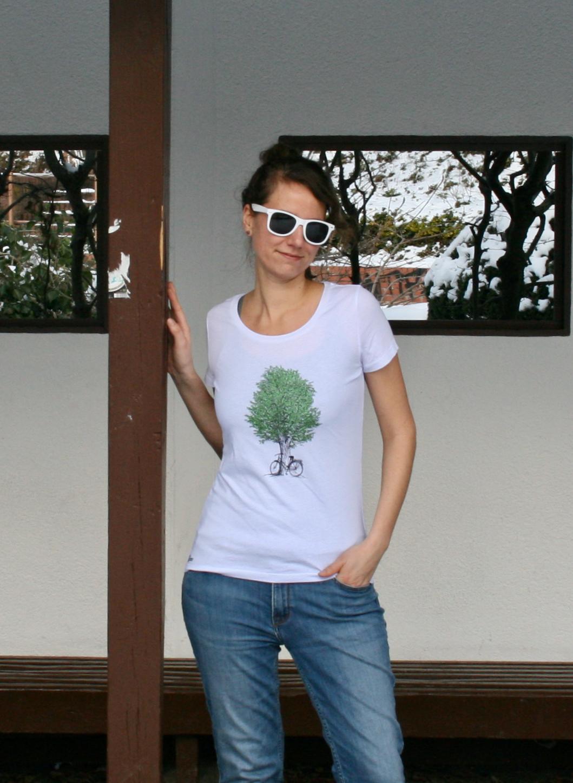 Im Westpark Frau mit weißem T-Shirt Baummotiv