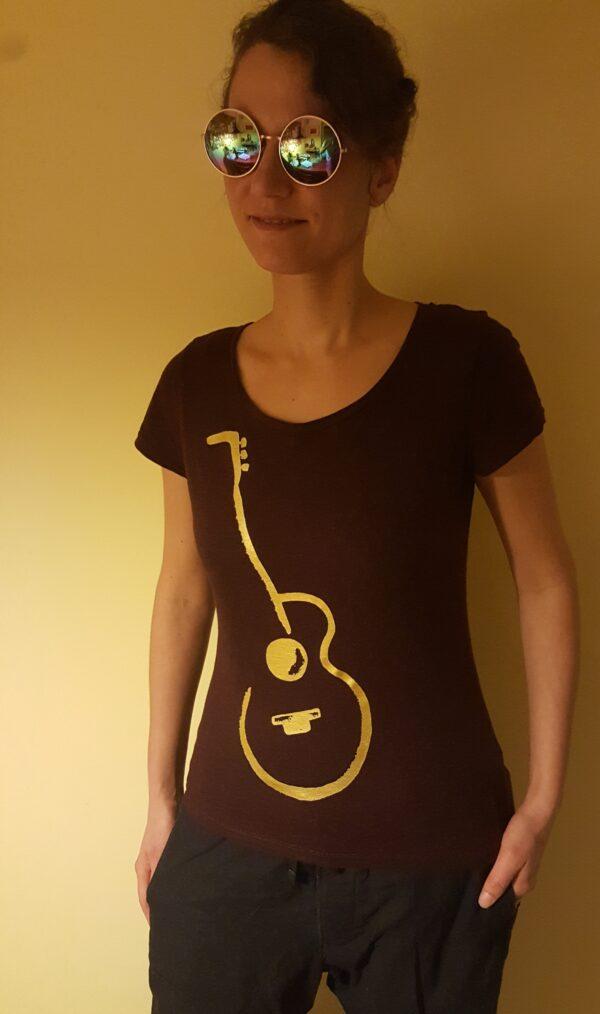 goldene Gitarre auf violettem T-Shirt