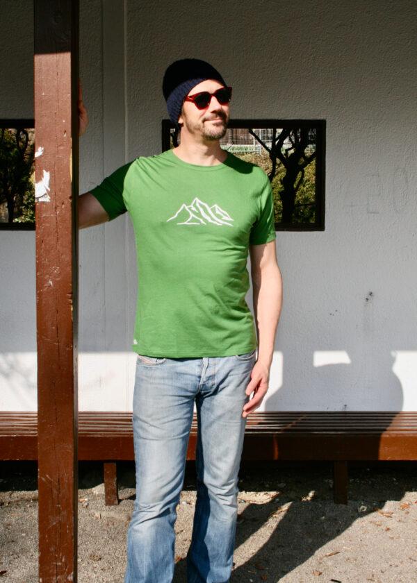 grünes Bambusshirt mit Bergkette