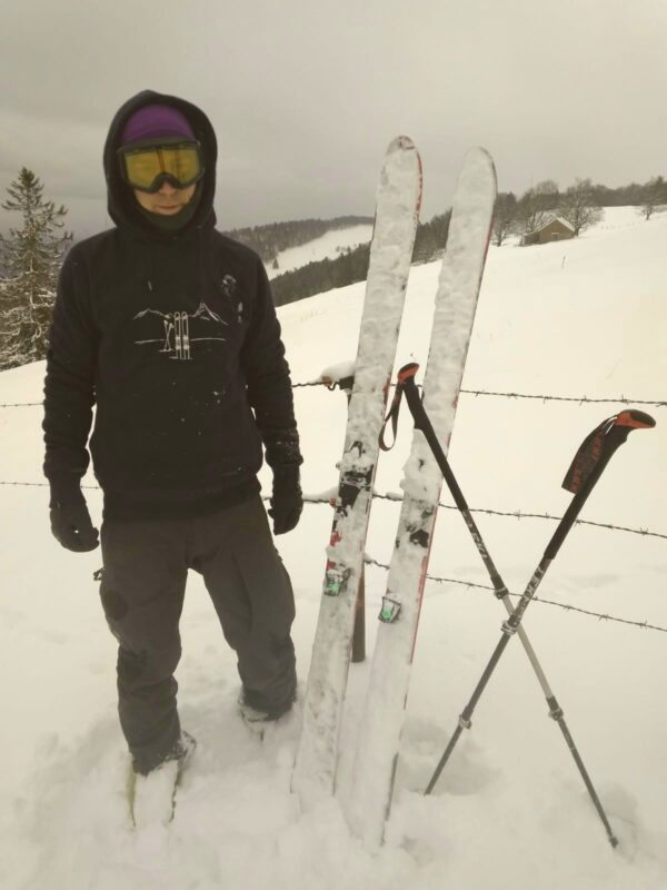 mit skitour hoodie im schnee